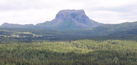 TOPPTUR: Hatten (1128 moh.) og Kjerringtind (1395 moh.) er toppturer i fjelltrimmen i Hattfjelldal. Totalt er det 16 poster merket fra lett til tung.