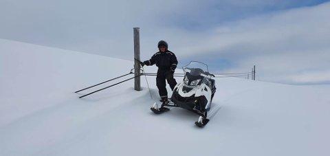 METERVIS: Denne stolpen er fem meter. Nå ser man toppen av den, sier Knut Einar.