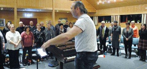 Klare til jul: Fossegrimen under sin dirigent Marius Steensby er klare for årets julekonserter i Sørum og Blaker kirker. Foto: Svein Samuelsen