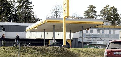 Nå: Det flate taket kan bli byttet ut med en ny skråtak-konstruksjon. foto: lars ivar hordnes