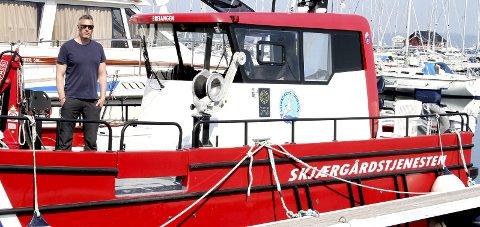 NESTEN NY BÅT: Både båt og mann er klar til innsats. Driftsleder Morten Grande ombord i båten «Breiangen». Foto: Lars Ivar Hordnes