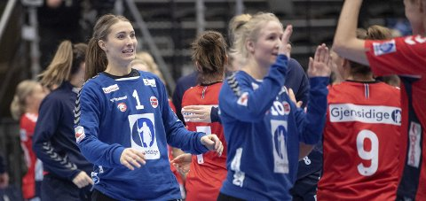 FORNØYDE: Norges målvakter Emily Stang Sando (t.v.) og Rikke Granlund feirer torsdagens seier mot Danmark. FOTO: NTB