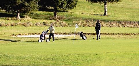 Golf sent i november: Dette bildet ble tatt forrige fredag, da det var stor aktivitet på golfbanen i Hof. Foto: Pål Nordby