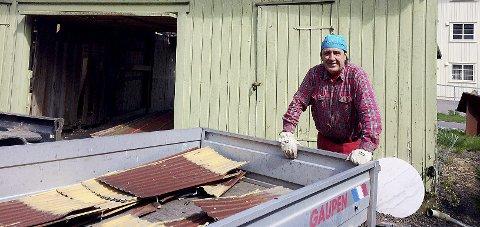 SELVGJORT ER VELLGJORT: Rolf Arnesen sorterer rivningsmassene fra sitt gamle uthus. Foto: Lars Ivar Hordnes