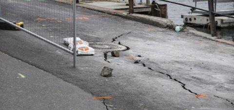 SPEKKER: Det er fortsatt store sprekker i veibanen, og fortsatt fare for at veien skal rase ut.FOTO: PER ECKHOLDT