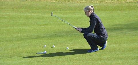 Konsentrert: Karine Myrland trener på puttinggreenen før sesongens første runde i Kragerø.