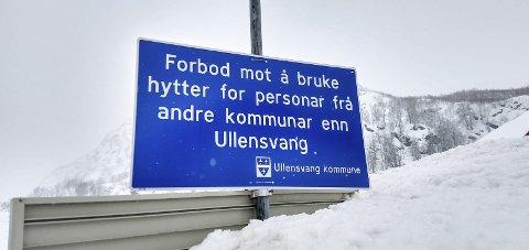 Skilt: Desse skilta informerer hytteeigarane om at dei ikkje har lov til å bruke hyttene sine.
