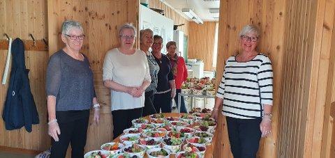 Denne kjekke gjengen frå Husnes helselag stilte opp med herleg frukt til Undarheim skule, og får velfortent ros. (Foto: Privat).