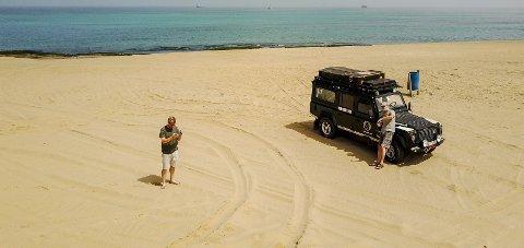 Aleksander og Tom Hatlestad tester dronen like sør for Swakopmund i Namibia.