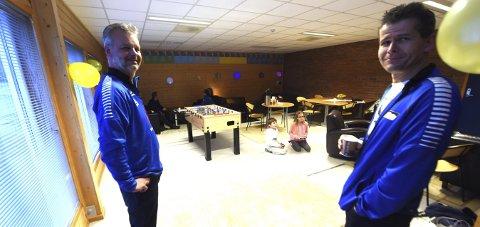 UNGDOMSKLUBB: Lars Wettestad (t.v.) og Audun Niri Haukeli i døra inn til Skrims nye ungdomsklubb.FOTO: OLE JOHN HOSTVEDT
