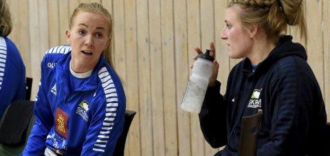 SKAL OPERERE: Karoline Warloff (t.v.) skal operere kneet mandag. Her sammen med Henriette Bakkerud som ble skadet onsdag.