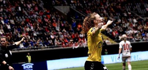 FORTSETTER: Synne Skinnes Hansen, som her jubler etter triumfen i cupfinalen, har skrevet en ny ettårskontrakt med LSK.
