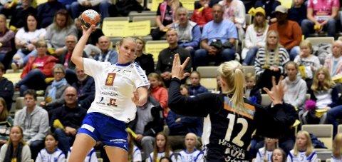 HJEMMEKAMP: Cathrine Korvald (bildet), som her scorer mot Vipers, skal i aksjon mot Oppsal i Kongsberghallen søndag kveld.