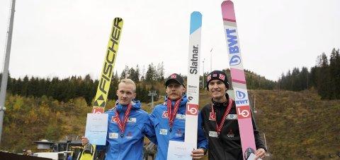 PALLEN:  Vinner Robert Johansson flankert av Thomas Aasen Markeng  (t.v.) og Daniel-André Tande. Foto: Fredrik Hagen / NTB scanpix