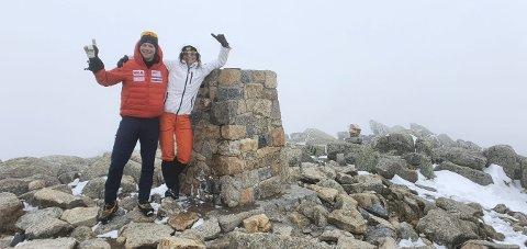 STOR DAG: Ida Bommen og Thomas Lone på toppen av Mount Kosciuszko. Nå går ferden videre til neste topp.