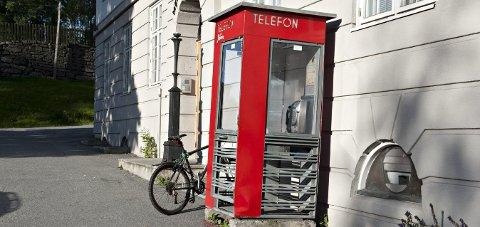 I klokkerbakken: Telefonkiosken vil i løpet av 2020 relanseres som en lesekiosk.