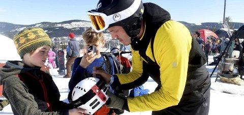 POPULÆR: En ung snøbrettkjører skrer seg Stian Sivertzens autograf på hjelmen under NM i Trysil.FOTO: OLE JOHN HOSTVEDT