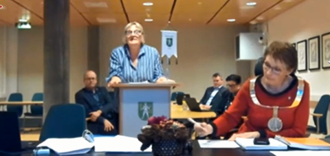 PÅ SKJERM: For første gang i historien har et Kongsberg-budsjett blitt behandlet i fjern-møte. Rådmann Wenche Grinderud takket politikerne som deltok hjemmefra.