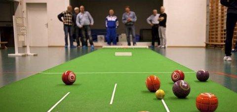 Sosialt og moro: Alle kan være med å spille bowls, og det er blitt en populær aktivitet for seniorsenteret. Nå ønsker de flere spillere.