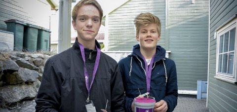 GIKK MED BØSSER: Konfirmantene Håkon Bryhn Ølberg (t.v.) og Herman Kvile Ødegård gikk med fastebøsser på Tranby.