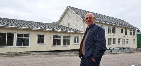 Arild Emilsen utenfor det gamle samvirkelaget i Stamsund, der han har bygget åtte nye leiligheter.
