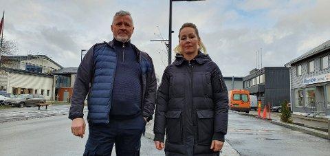 Finn Pettersen og Hilde Grande er irritert over at ansatte på Leknes bruker parkeringslommene til langtidsparkering.