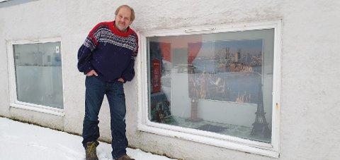 Per Christian Waalkes foran kjelleren under Sareptas hus på Ballstad, der han skal inn med alle puslespillene. – Jeg har startet med dekorering av vinduene, forteller han.