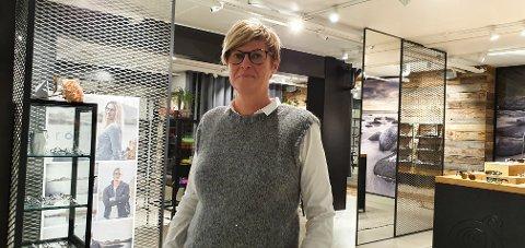 Heidi Johansen er ny daglig leder hos Strauman optikk på Lofotsenteret.