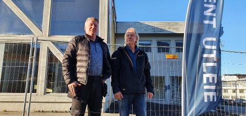 Charles Johansen (Norvent) og Magnar Lorentzen (Lofot-Entreprenør) utenfor bygget i Hagebyveien.