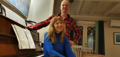 Vibeke Hannisdal og Sveinung Skarset spiller piano og synger i familiære sammenhenger.
