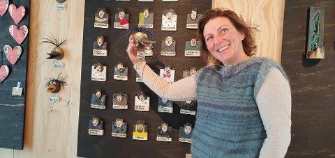Gry Strømnes har  personligheter både på fuglene og ansiktene som hun har laget.