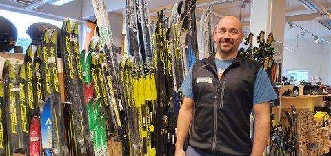 Preben Ellingsen hos Lofoten sport og fritid har solgt mange par ski i vinter.