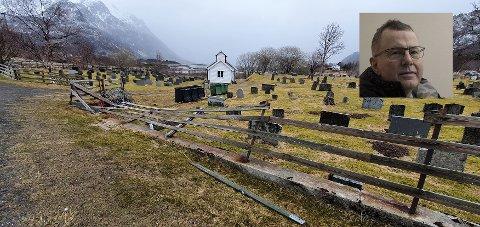 Gjerdet på kirkegården i Skifjord har fått seg en skikkelig smell.