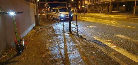 Politiet på stedet etter at en skadet person ble funnet liggende ved siden av en elsparkesykkel i Innherredsveien natt til fredag.