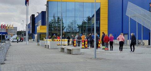 Her står folk i kø for å slippe inn på Ikea, etter en maksbegrensning på antall folk inne på varehuset.