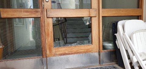 Døren til lagerbygget har blitt knust.
