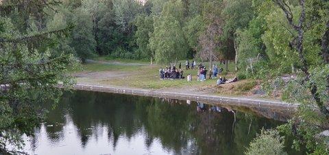 Her er noen av ungdommene som var samlet ved Kyvannet lørdag kveld.