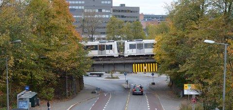 TUNNEL: Hvis alt går etter planen skal Østensjøbanen i fremtiden kjøre i tunnel opp fra Bryn til Hellerud, etter å ha krysset Østensjøveien på en ny bro som skal bygges sør for den gamle broen på bildet. Arkivfoto: Nina Schyberg Olsen