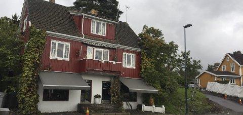 SKAL RIVES: Dette røde huset og to bakenforliggende eneboliger skal etter planen rives for å gi plass til blokkbebyggelse. Arkivfoto