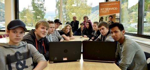 Lærere: IKT-elever på Otta skal i høst og vinter lære bort dataferdigheter til eldre i kommunen.