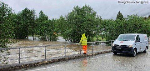 NVEs felthydrolog følger med flommen (Kvænangen). Foto: Turid Haugen, NVE, Varsom Regobs