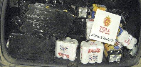 FULLSTAPPET: 1205 liter alkohol fikk plass bak i en Volvo V70, som tollerne stoppet ved Nugguren natt til mandag.FOTO: TOLLVESENET