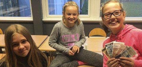 Rause: Mari Hårstadsveen Balke, Mari Haug, Malin V. Pedersen og de andre 7. klassingene ved Stange skole, har pantet flasker for 6000 kroner til TV-aksjonen. foto: innsendt
