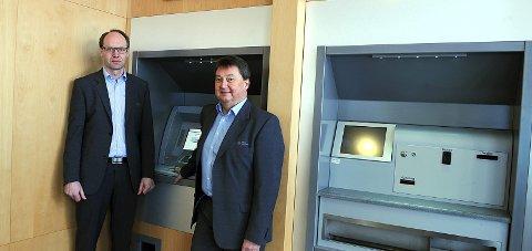Kostnader: Viseadm. banksjef Stig H. Blikseth (t.v.) og adm. banksjef Rolf E. Delingsrud vurderer nye kostnadskutt.Arkivbilde