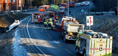 ØVING: Statens Vegvesen mener færre trafikkstasjoner betyr forsterking av tilbudet på de som blir opprettholdt. På bildet øver redningsetatene på en simulert ulykke på rv.4.