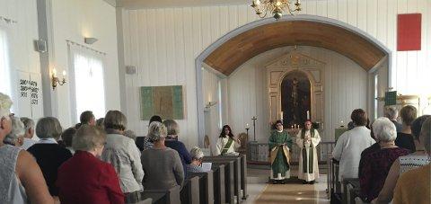 FULLSATT: Fullsatt Eina kirke med prost Stein Ovesen og ny sokneprest Berit Rinde. Foto: Privat