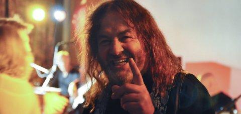 ALVORLIG: Tilstanden til Per Odd Kværnsveen er fortsatt alvorlig snart en måned etter MC-ulykken. Bildet er fra da han ble tildelt Totenpop-prisen i 2016.