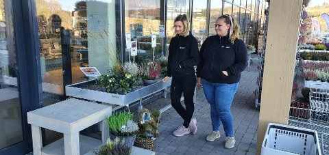 BORTE: Da Elise Raaum Kringli (26) og Martine Smedsrud Vie (26) kom på jobb søndag var alle kransene de hadde laget dagen før stjålet.