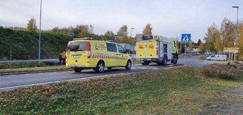 TIL SYKEHUS: En kvinne er kjørt til sykehus etter å ha fått et illebefinnende ved fylkesvei 33 på Gjøvik.