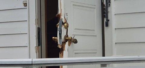BRUTT OPP: Inngangsdøra på adressen der politiet pågrep den nå 37 år gamle vietnameseren ble brutt opp i politiaksjonen.